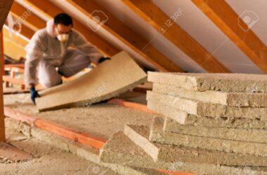 34051671-uomo-che-installa-strato-di-isolamento-termico-sotto-il-tetto-con-pannelli-in-lana-minerale